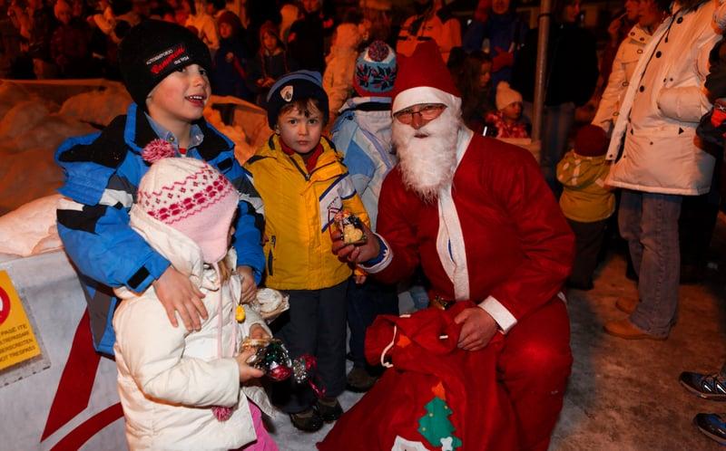 24.12.17 Santa Claus comes in Arabba