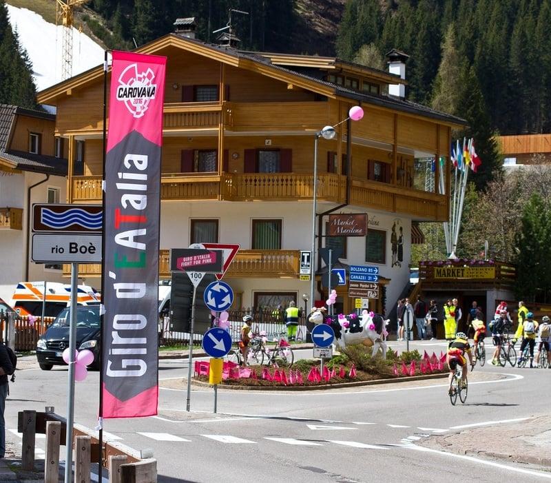 Giro d'Italia 2021 fährt am 24 May 2021 die Dolomiten von Arabba durch