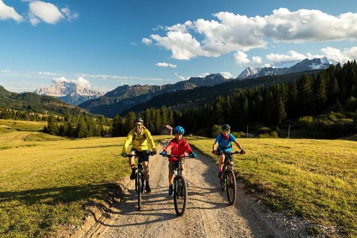 E-bike tour on the dirt roads of the Fodom Valley